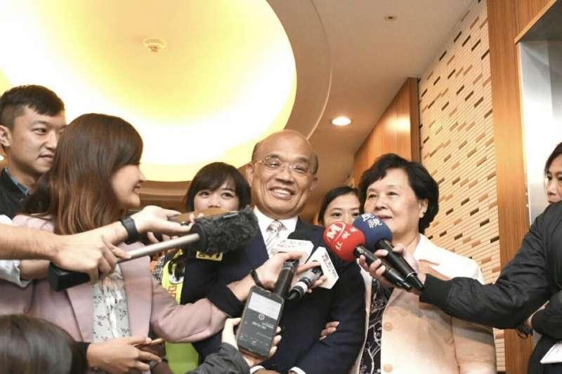 民進黨新北市長參選人蘇貞昌(右二)說,「拜託市民選蘇貞昌來關心,為你裝假牙。」(蘇貞昌辦公室提供)