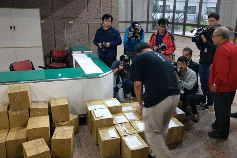 2018年台北高等行政法院裁定913連署書併入906公投案後,以核養綠將二萬多份連署再道中選會。(胡宏銘∕核能流言終結者聊天室臉書粉絲頁)