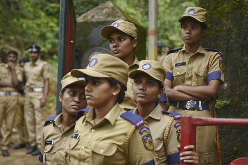 印度最高法院裁決廢除禁止有月事的女性入廟禁令,警方動員千人避免衝突爆發(AP)