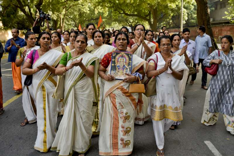 印度最高法院裁決廢除禁止有月事的女性入廟禁令,引起男女傳統信徒不滿(AP)