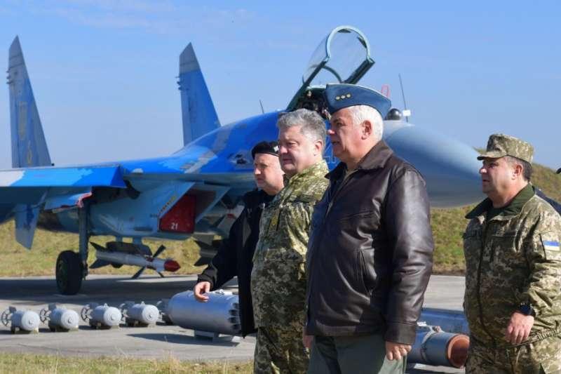 烏克蘭總統波洛申科(著迷彩服未戴帽者)。(烏克蘭國防部官網)