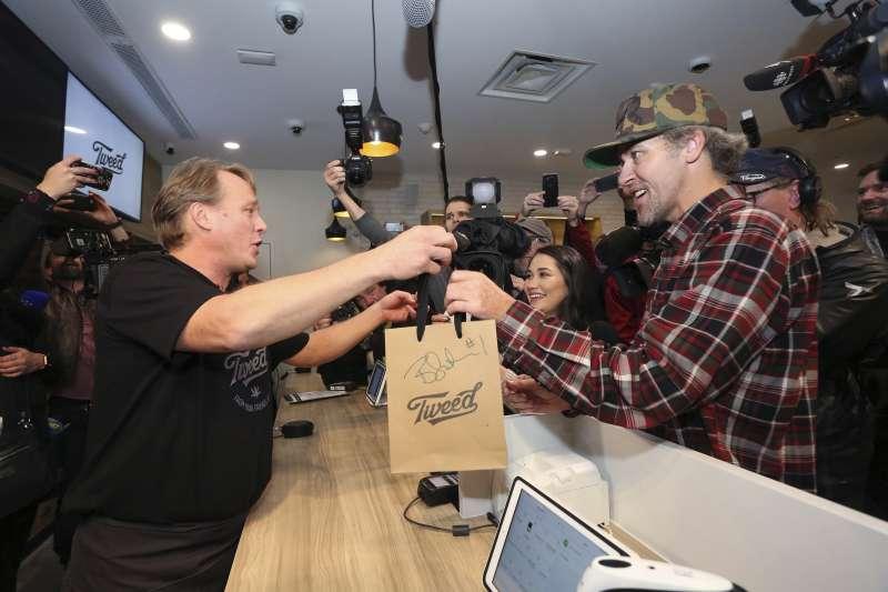 2018年10月17日,加拿大「娛樂用大麻」合法化,商店也開始販售大麻產品。(AP)