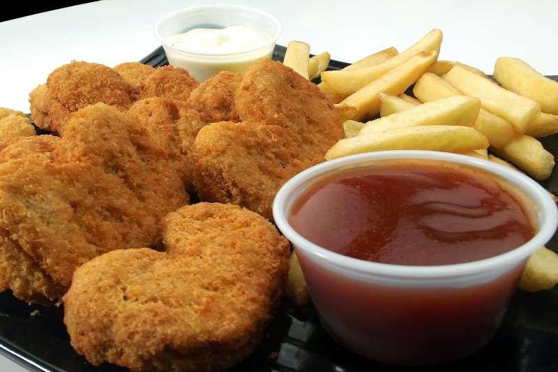 人造雞塊已然誕生,真的能成為糧食救星嗎?(圖/Pixabay)