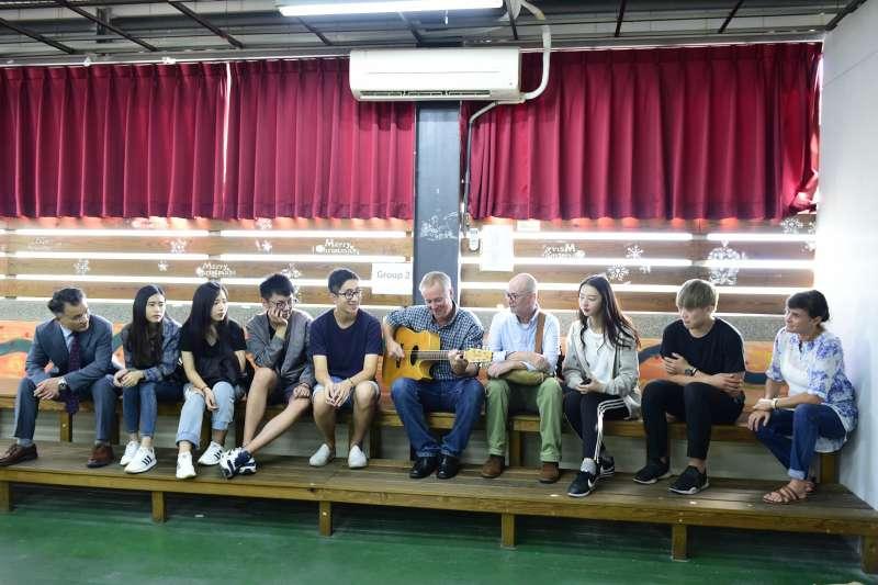 修鵬科大同學與外籍老師共享歡愉的午后。(圖/修平科技大學提供)