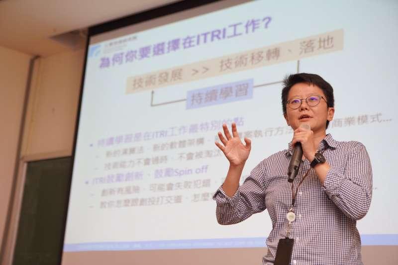 工研院巨資中心經理王恩慈勉勵清大學弟妹,要持續成長與學習新的產業技術能力,為自身職涯加分。(圖/工研院提供)