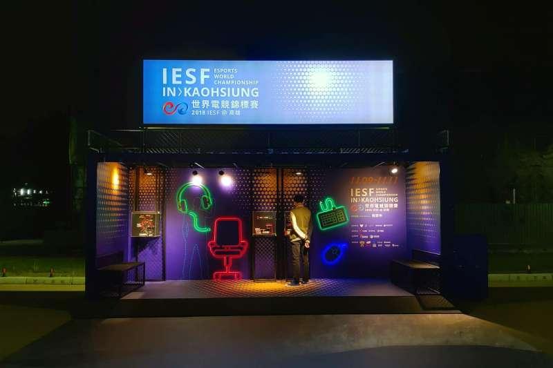 電競貨櫃可視為一個裝置藝術,除了以設計感吸引民眾目光外,也提供高雄iesf世界電競賽的相關資訊、展示先進的電競硬體設備、並給予民眾拍照及休憩的空間、分享大賽情報。(圖/高雄市政府文化局提供)