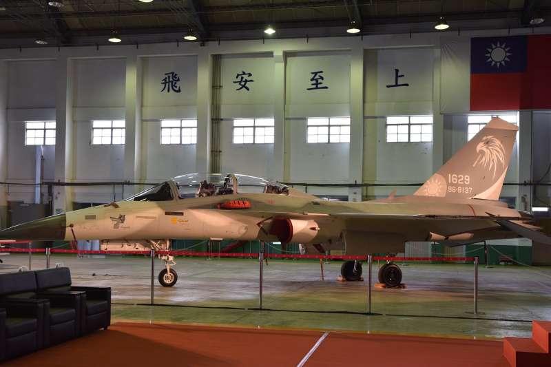 2架經國號IDF「翔昇」原型機,性能提升至C/D型等級後,正式移交給空軍。圖為編號1629的IDF。(漢翔公司提供)