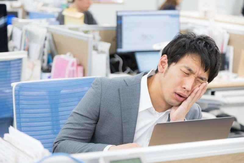同事沒走、主管沒走,到了下班時間基於壓力不敢離去。(示意圖/取自pakutaso)