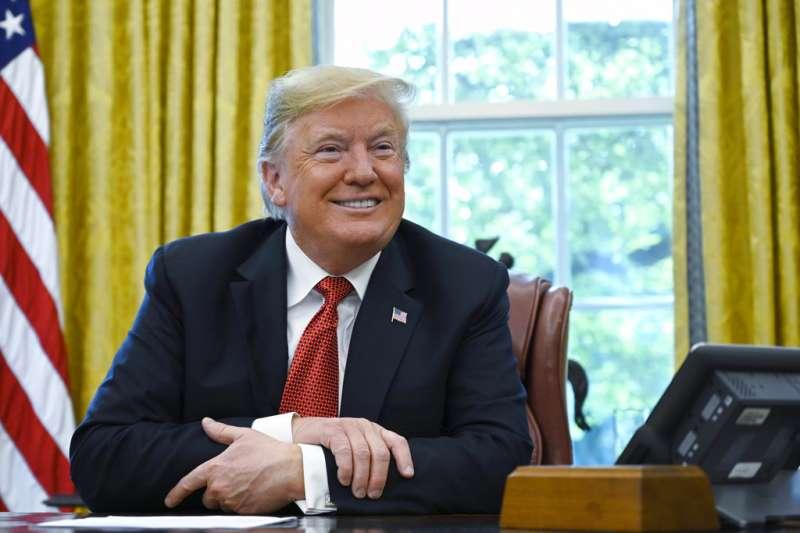 2018年10月17日,美國總統川普在白宮接受記者訪問。(AP)