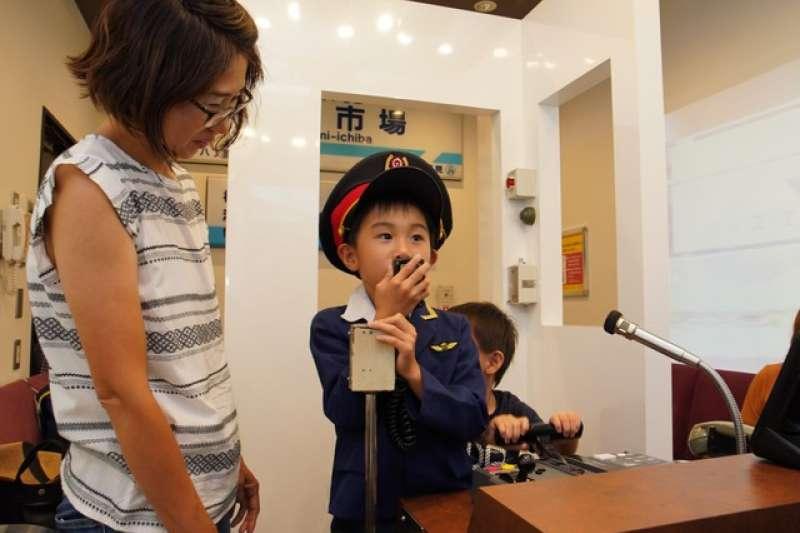 孩童歡聲高喊「信號~~!」。據了解,「JOYSOUND品川港南口店」店內的卡拉OK包廂在家族客之間也廣受歡迎(圖/潮日本)