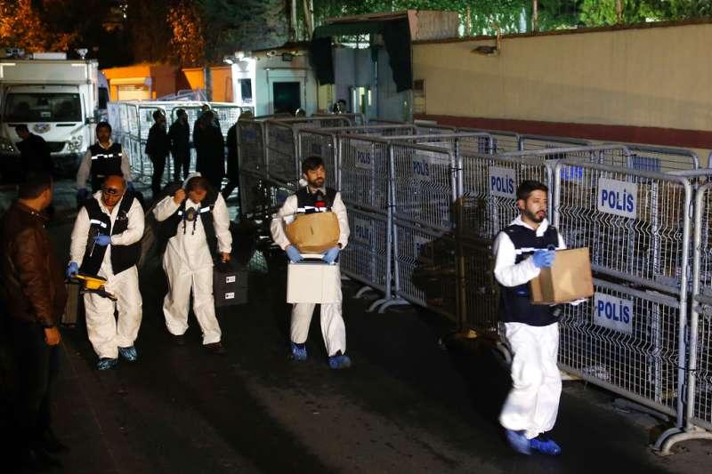 2018年10月18日,土耳其鑑識人員搜索沙國駐伊斯坦堡領事官邸。(AP)