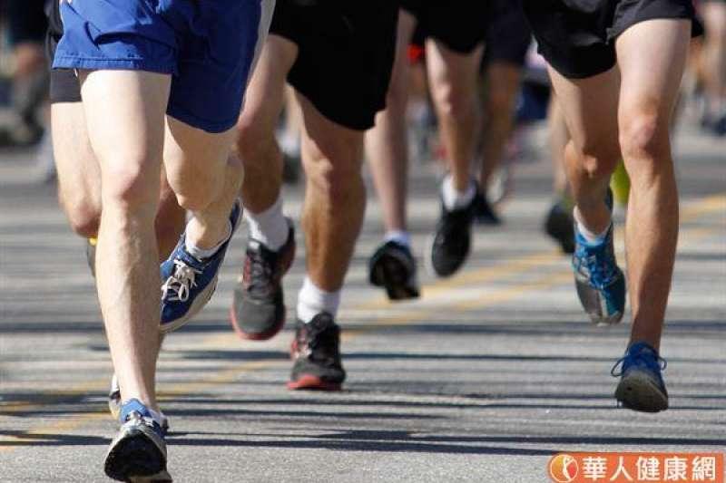 研究發現,「跑走運動」比單純又規律的跑步、走路更有效。(圖/華人健康網)