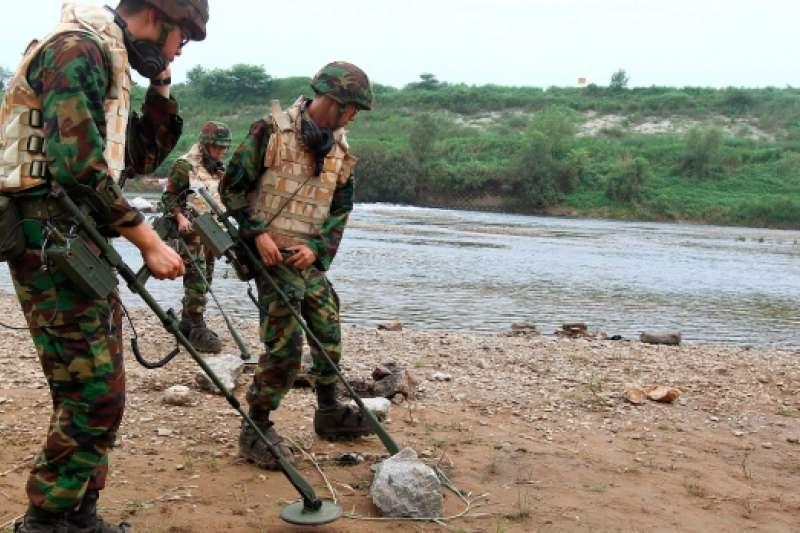 南韓士兵正在掃雷。(美聯社資料照)