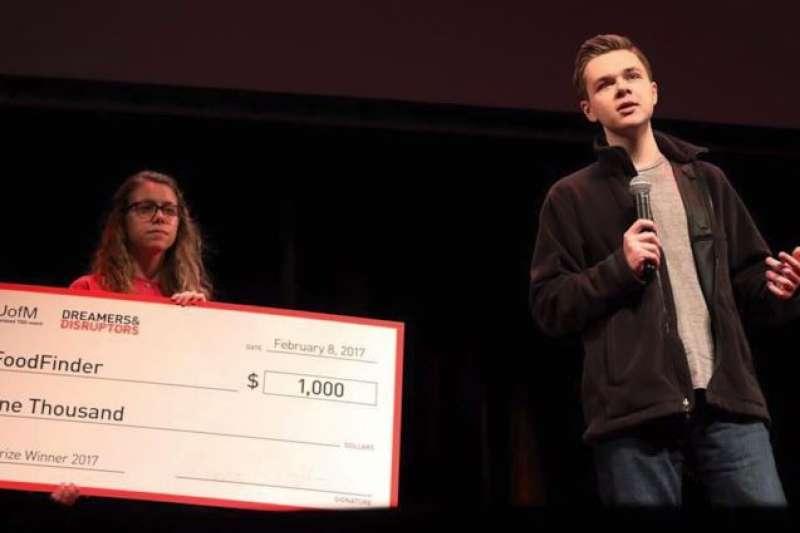 為幫助吃不飽的弱勢孩童,Griffin 於 16 歲時成立愛心食物搜尋網站、17 歲推出 App。(圖/翻攝自Podomatic,智慧機器人網提供)