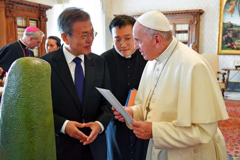 教宗方濟各與南韓總統文在寅。(美聯社)