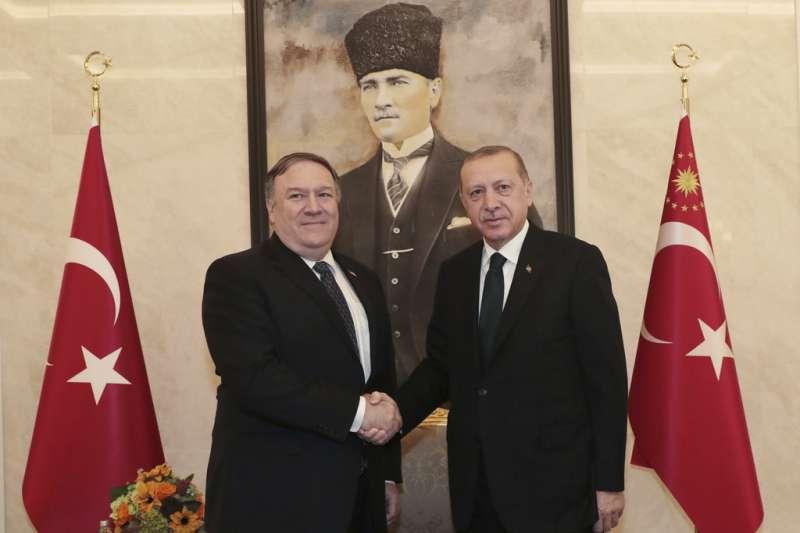 2018年10月17日美國國務卿龐畢歐與土耳其總統艾爾多安見面。(AP)