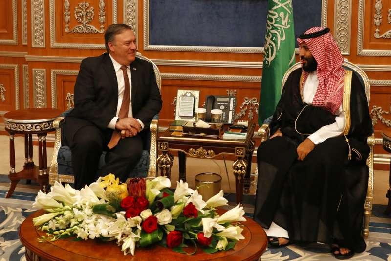 2018年10月16日,美國國務卿龐畢歐(Mike Pompeo)與沙國王儲穆罕默德(Mohammed bin Salman)。(AP)
