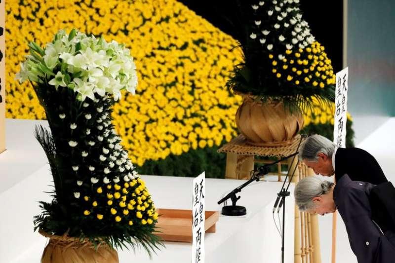 2018年8月15日,二戰日本投降73週年的紀念儀式上,明仁天皇和皇后向「全國戰沒者之靈」默哀。(圖/BBC中文網)