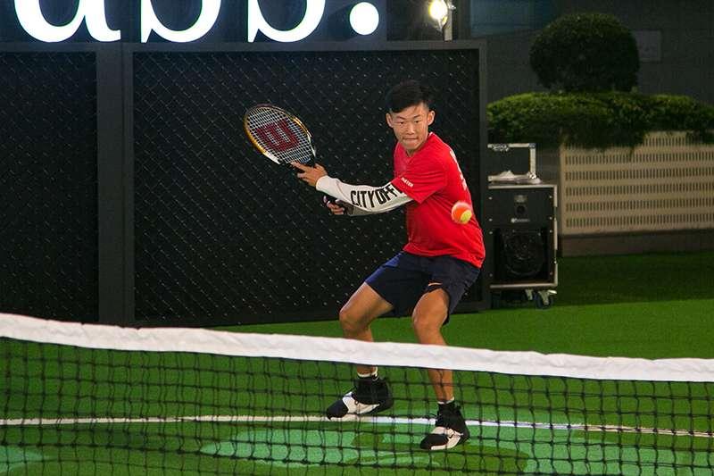 拿下2018溫布頓青少年網球公開賽的曾俊欣,回台首次公開活動參與賓士在101水舞廣場舉辦的公開活動。(圖由賓士提供)