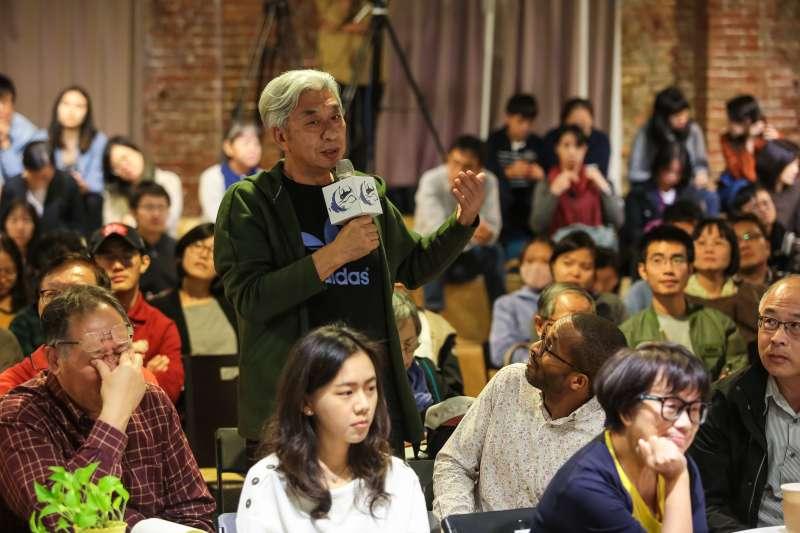 20181020-龍應台文化基金會20日舉辦思沙龍「1949中國內戰的七十年後」專題講座,前台北市文化局長倪重華向華盛頓郵報前北京分社社長 John Pomfret 提問。(顏麟宇攝)