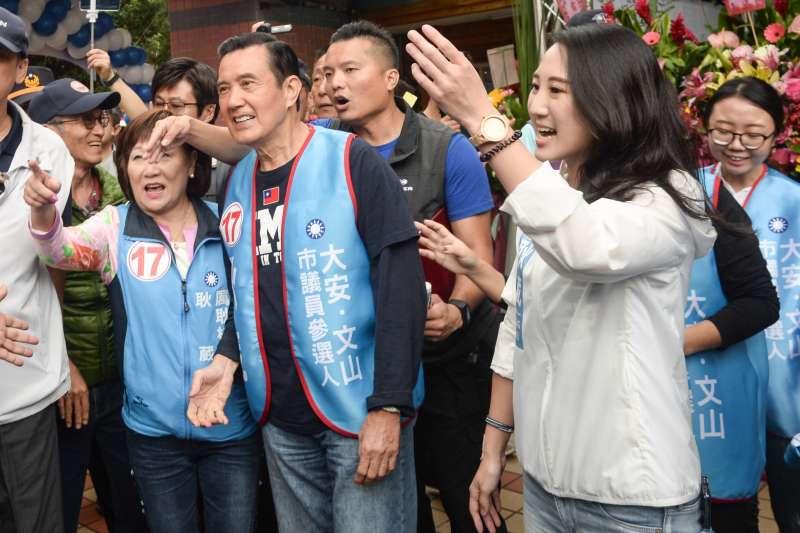 20181020-耿葳競選總部成立大會,前總統馬英九在厲耿桂芳及耿葳的陪同下入場。(甘岱民攝)