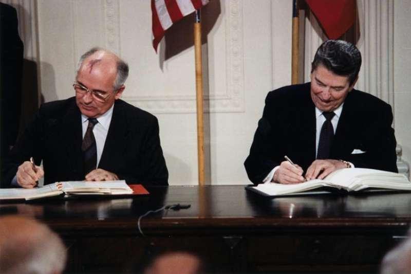 1987年12月8日由美國總統雷根(Ronald Reagan)與蘇聯領導人戈巴契夫(Mikhail Gorbachecv)簽署《中程飛彈條約》,銷毀陸基短程與中程飛彈(Wikipedia / Public Domain)