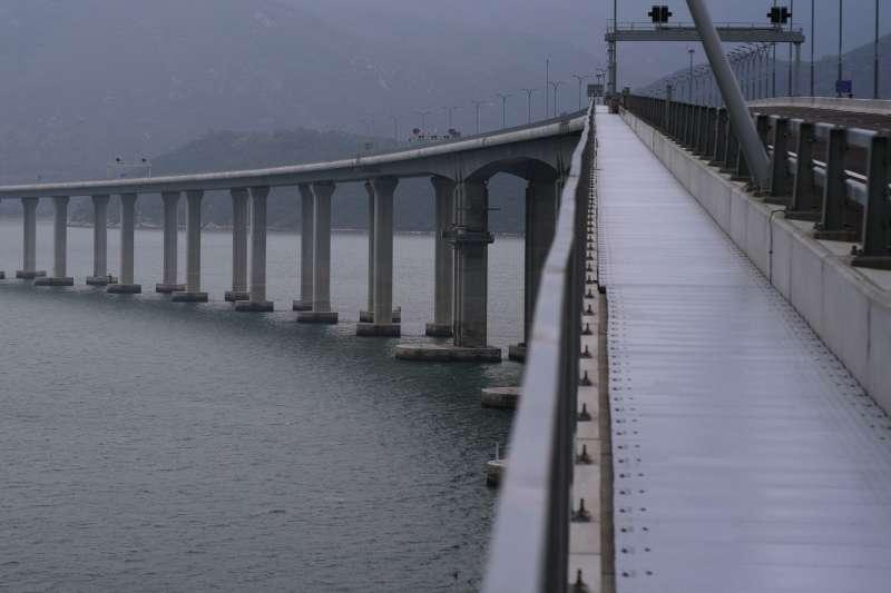 港珠澳大橋2018年10月24日上午9時正式通車。港珠澳大橋全長55公里,集橋、島、隧於一體,是世界最長的跨海大橋。(AP)