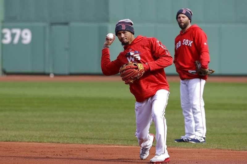 紅襪外野手貝茲(左)在前輩二壘手派卓亞指導下,積極練習二壘守備。(美聯社)