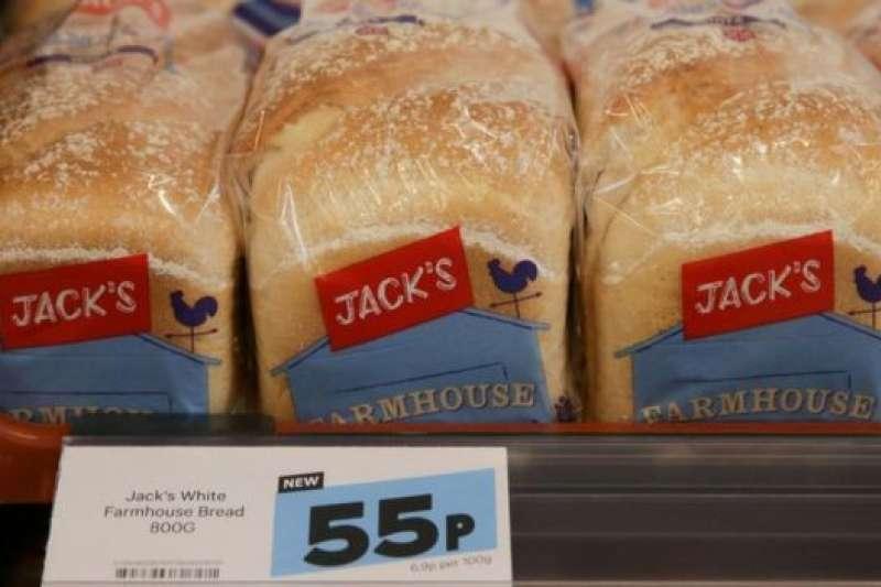 英國超市之一特易購(TESCO)的800克一袋的白麵包售價僅55便士(約合新台幣22元)。(BBC中文網)