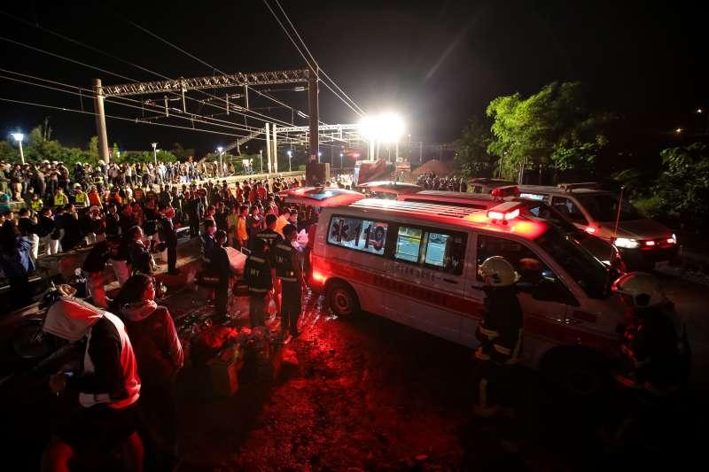 20181021-台鐵普悠瑪翻車,宜蘭蘇澳新馬車站,救護車將傷亡者送醫。(顏麟宇攝)