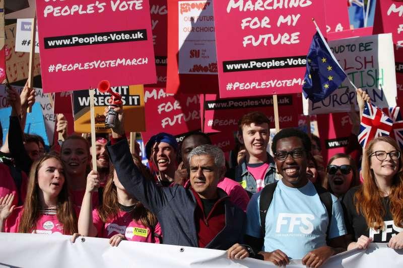 70萬英國民眾走上街頭反脫歐,倫敦市長漢恩也出席參加(AP)
