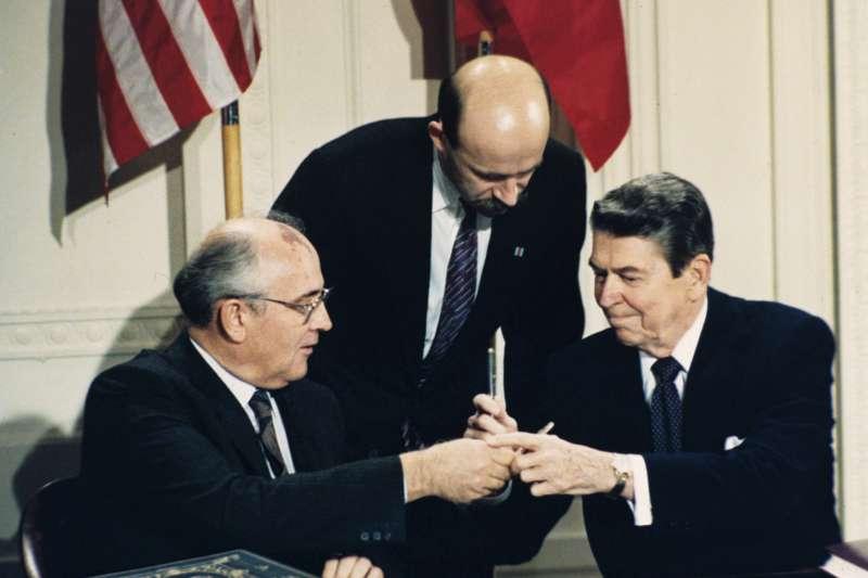 1987年12月8日美國總統雷根(Ronald Reagan)與蘇聯領導人戈巴契夫(Mikhail Gorbachecv)簽署《中程飛彈條約》(INF Treaty)(AP)