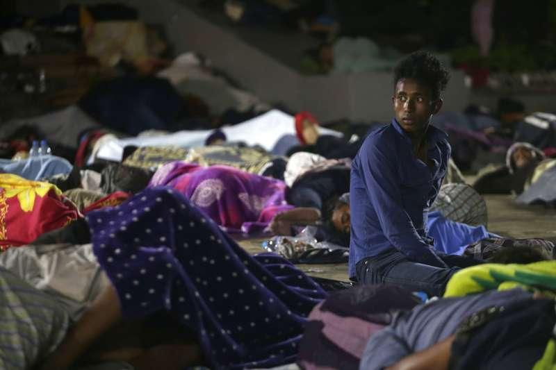 2018年10月22日,中美洲超過7000名移民抵達墨西哥南部,在塔帕丘拉市(Tapachula)廣場席地而睡。(AP)