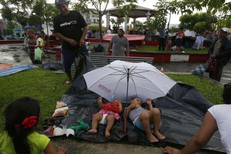 2018年10月22日,中美洲超過7000名移民抵達墨西哥南部,露宿街頭。(AP)