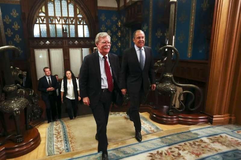 2018年10月22日,美國白宮國家安全顧問波頓(John Bolton,左)與俄羅斯外交部長拉夫羅夫(Sergey Lavrov ,右)會面。(AP)