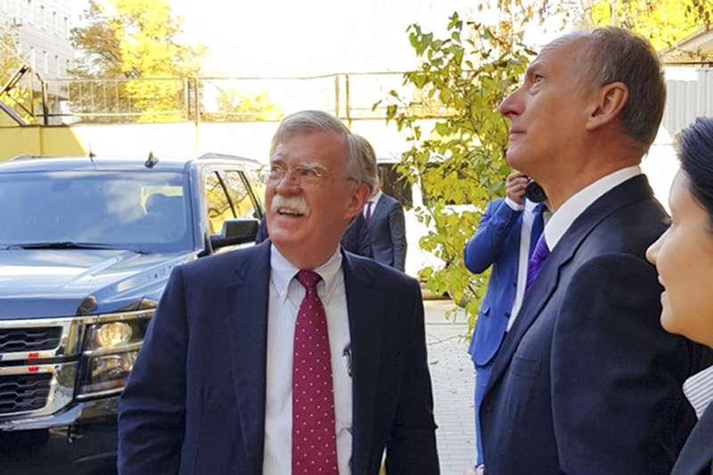 2018年10月22日,美國白宮國家安全顧問波頓(John Bolton,左)與俄羅斯聯邦安全會議秘書長帕特魯舍夫(Nikolai Patrushev,中)會面。(AP)