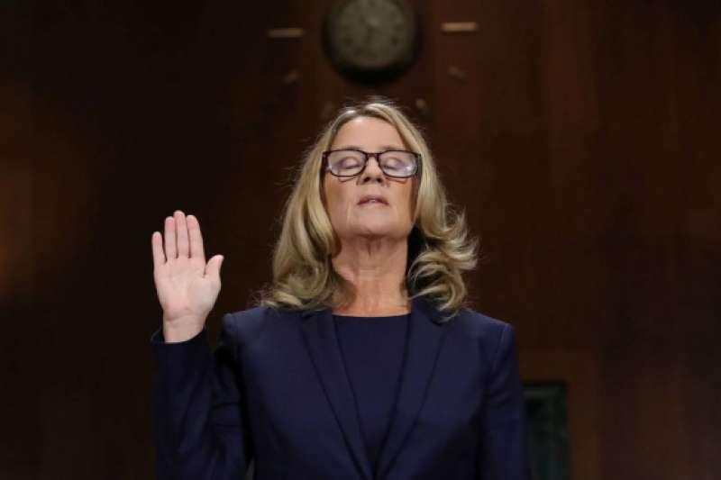 9月27日,加州帕羅奧圖大學臨床心理學教授福特(Christine Blasey Ford)在美國國會作證,指認大法官提名人卡瓦諾(Brett Kavanaugh)17歲時意圖性侵她。(圖/澎湃新聞提供)