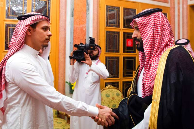 2018年10月23日,遭沙國殺害的記者哈紹吉,其子薩拉(Salah Khashoggi,左),與沙國王儲穆罕默德(Mohammed bin Salman,右)握手。(AP)
