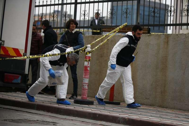 2018年10月23日,土耳其鑑識人員調查殺害哈紹吉的可能線索。(AP)