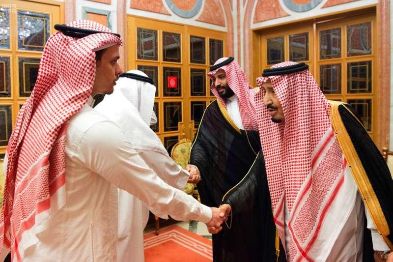 2018年10月23日,遭沙國殺害的哈紹吉,其子薩拉(Salah Khashoggi,左),與沙國國王薩勒曼(King Salman,右)握手。(AP)