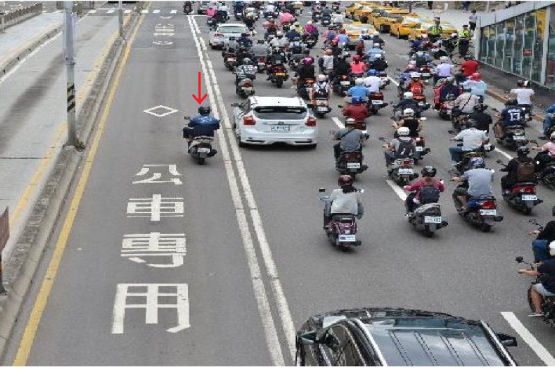 台北市警察局今(24)日起加強取締違規行駛公車專用道,違者將處以600元至1,800元罰鍰。(台北市政府警察局交通警察大隊提供)