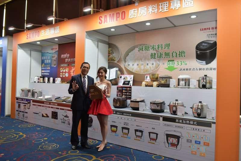 2019聲寶新產品發表會-聲寶公司 陳世昌總經理(左)與聲寶之星(右)共同推薦聲寶蒸氣減糖電子鍋