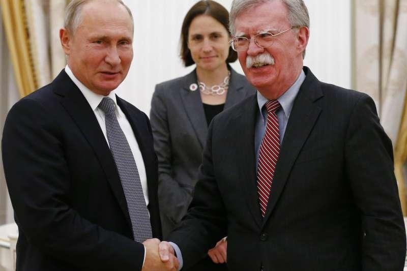 2018年10月23日,俄羅斯總統普京(左)與美國白宮國安顧問波頓(右)在克林姆林宮會面。(AP)
