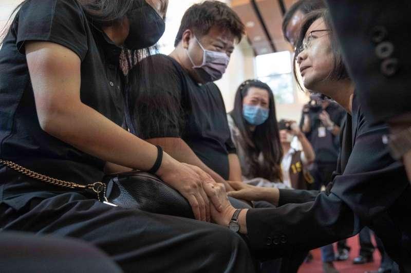 總統蔡英文至台東市立殯儀館為普悠瑪罹難者拈香,並慰問家屬。(總統府提供)