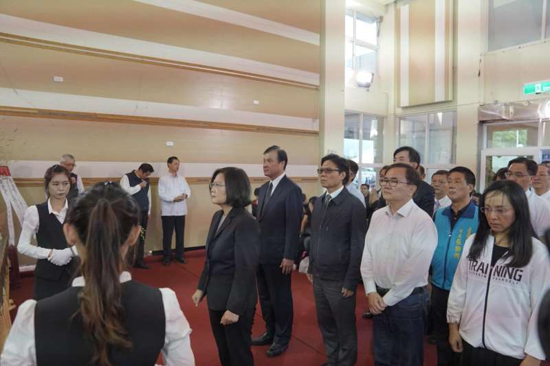 立法院長蘇嘉全24日陪同總統蔡英文前往台東,向普悠瑪號事故罹難者致哀並慰問家屬。(取自蘇嘉全臉書)