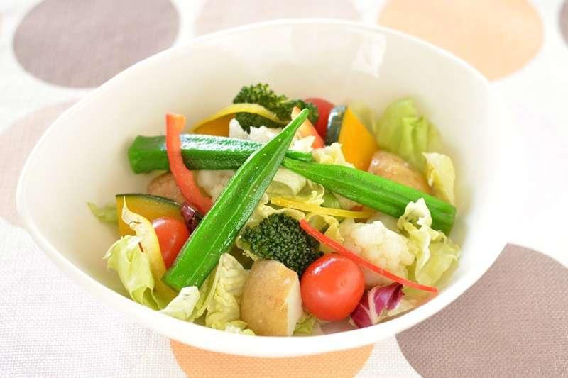 根據一項國外大型研究發現,遠離癌症有10點撇步,其中包括可以多吃綠色蔬菜,尤其是花椰菜、秋葵。(圖/pakutaso)
