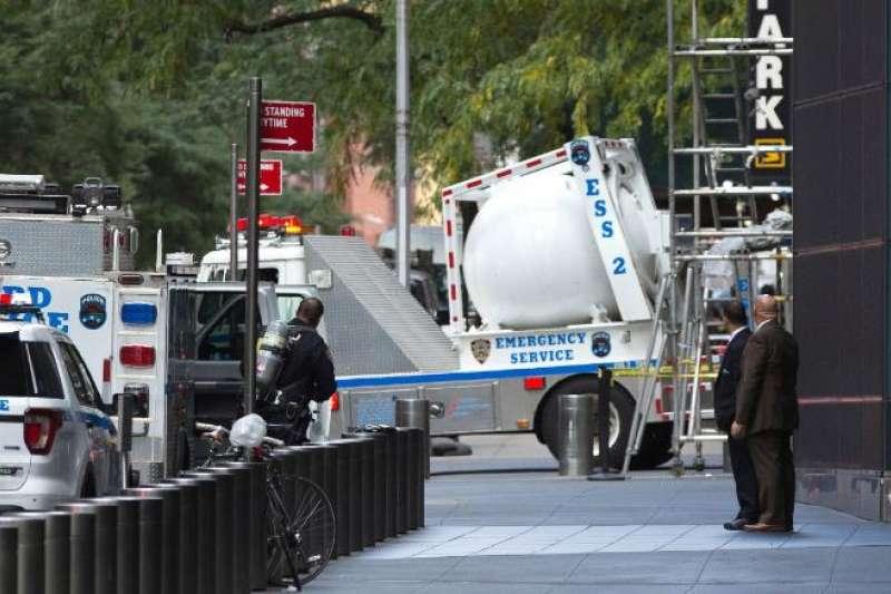 美國發生連環炸彈包裹恐攻,歐巴馬、希拉蕊都成目標…這「抗爆裂物神器」意外成焦點。(圖/翻攝自CNN,智慧機器人網提供)