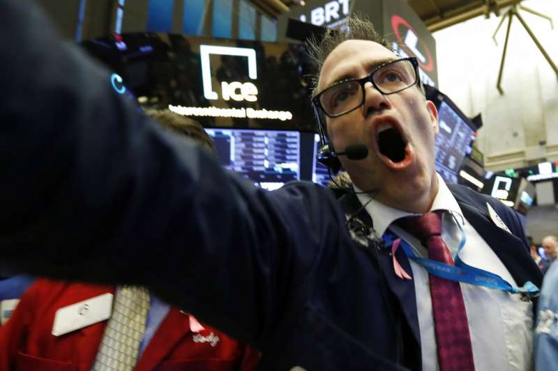 美股因聯準會升息開高走低,終場道瓊指數暴跌351點,創今年來新低(美聯社)