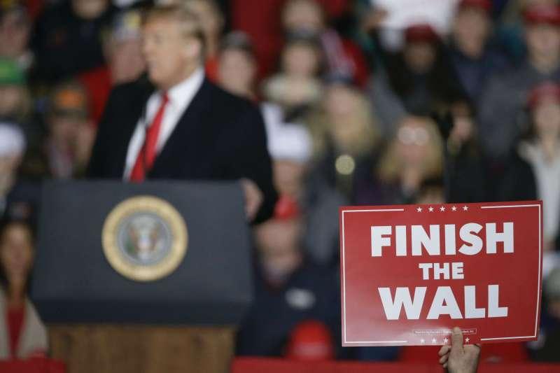 美國總統川普在威斯康辛州舉行造勢活動,川粉高舉標語「把牆蓋好」。(美聯社)