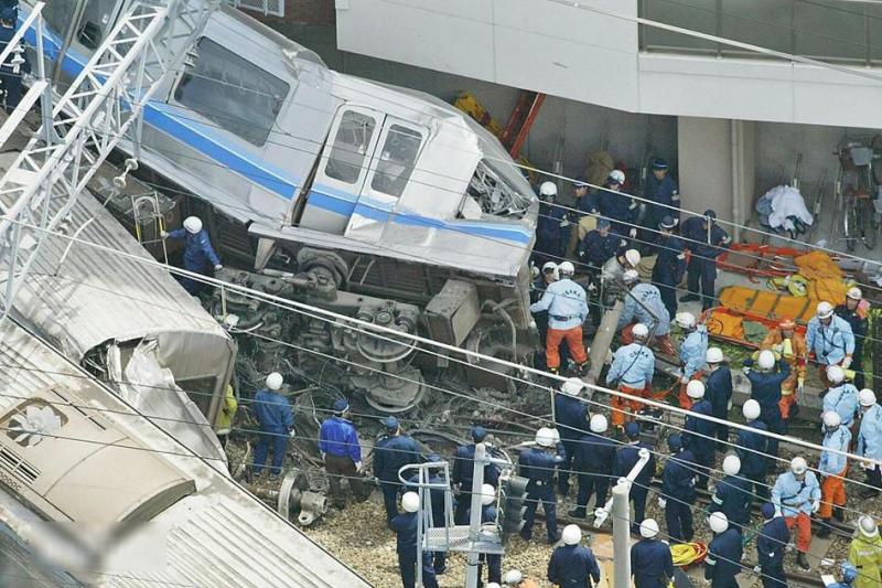 台鐵普悠瑪翻車事件令台灣人悲痛不已。也有許多人指出,與日本13年前的「JR福知山線出軌事故」十分相似。(圖/取自百度百科)